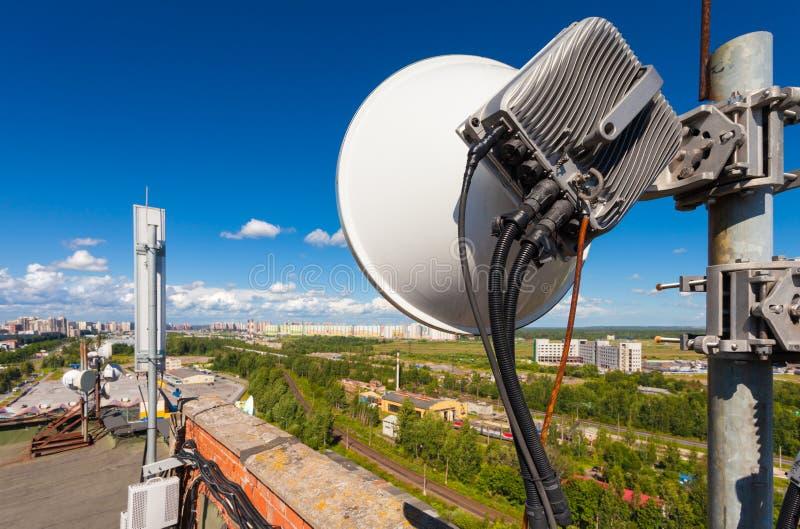 与无线通信系统的电信塔包括微波、盘区天线,纤维,视觉和力量cabl 免版税库存照片