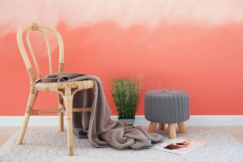 与无背长椅的木椅子在桃红色墙壁附近 免版税库存图片