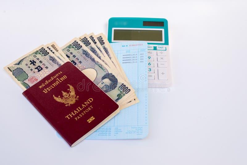 与日元的日本货币日元钞票铸造和calc 免版税图库摄影
