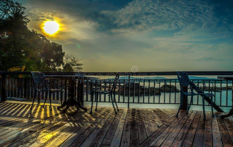 与日出的海滩旁边咖啡馆在背景 库存照片