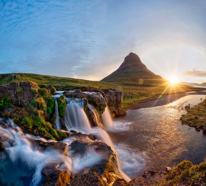 与日出的美好的风景在Kirkjufellsfoss瀑布和Kirkjufell山,冰岛 库存照片