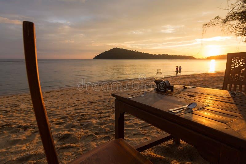 与日落、海滩和海洋的浪漫晚餐张岛的 免版税图库摄影