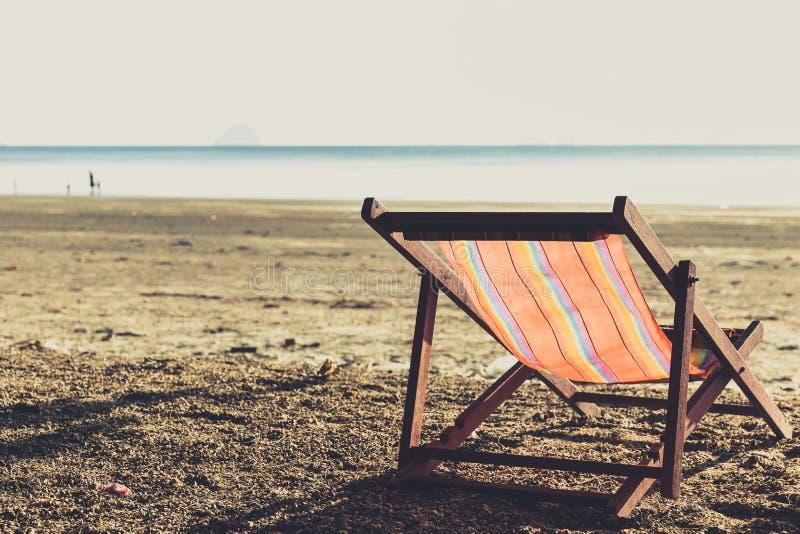 与日落光的一海滩睡椅选拔夏天旅行假日概念 库存图片