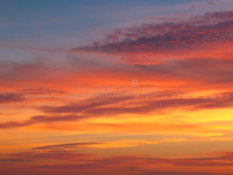 与日落天空的云彩 库存图片