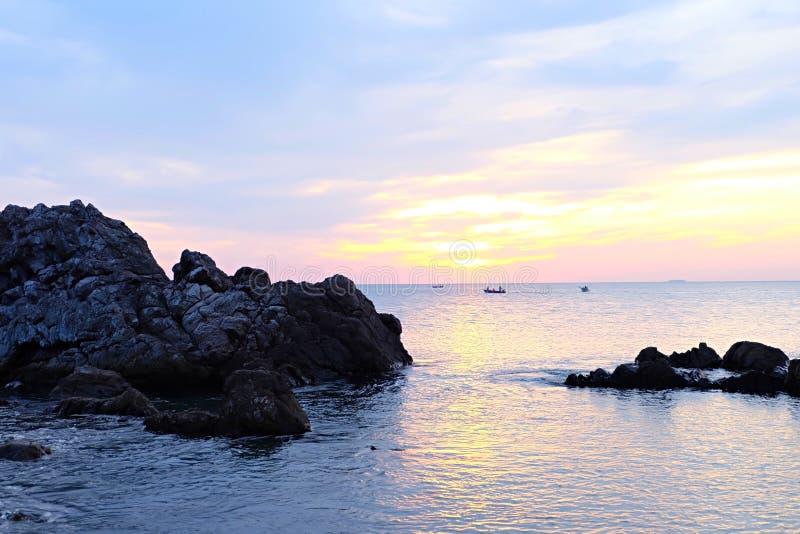 与日落焕发的五颜六色的天空在海 免版税库存照片