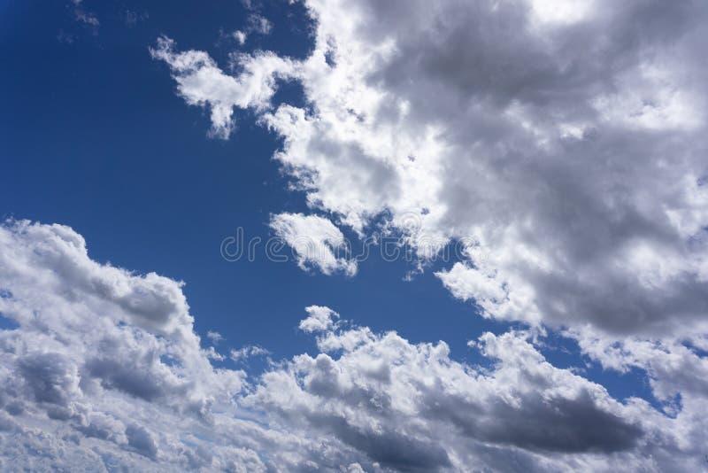 与日落白天上流的美丽的多云天空 库存图片