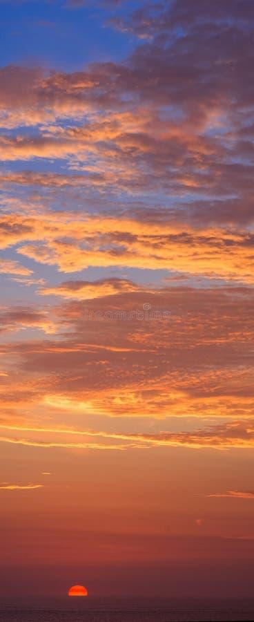 与日落的剧烈的五颜六色的天空 免版税库存图片