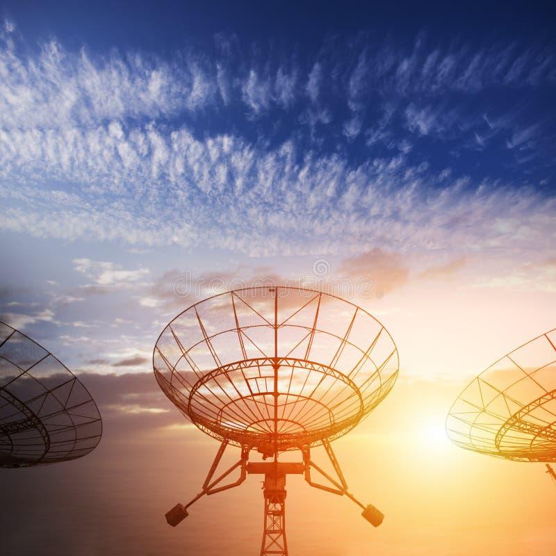 与日落的卫星盘 库存照片