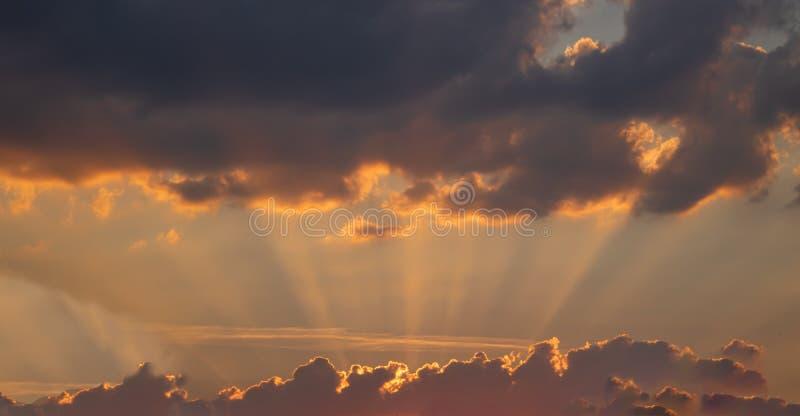与日落的喜怒无常的晚上天空 免版税库存图片