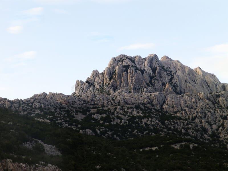 与日落的山 库存图片