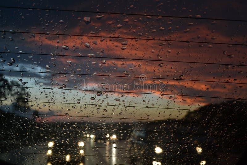 与日落的热带雨 免版税库存照片