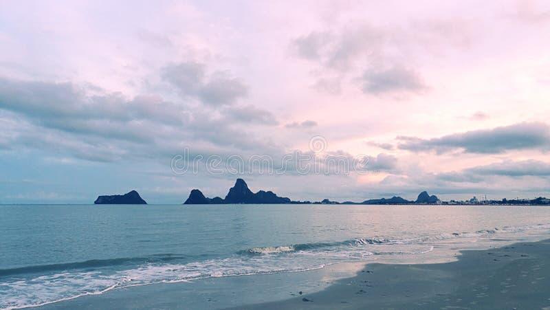 与日落的美好的海视图 免版税库存图片