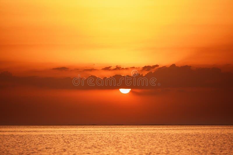 与日落的美妙的海风景在海 库存图片