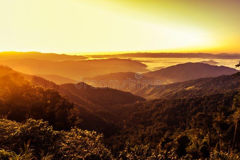 与日落的风景山在南泰国 免版税库存图片