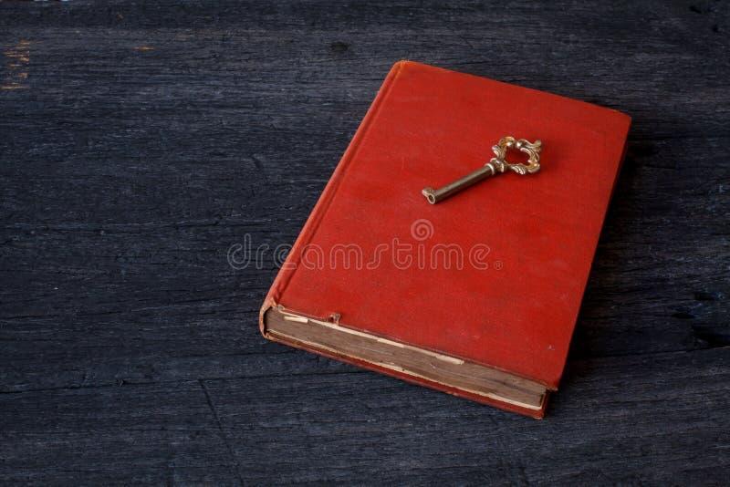 与旧书的在木的静物画和钥匙 库存照片