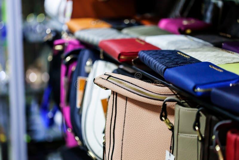 与时尚袋子的架子 免版税库存照片