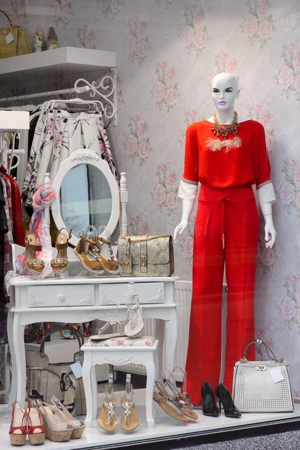 与时装模特的时髦的商店窗口在红色连衫裤穿戴了 免版税库存图片