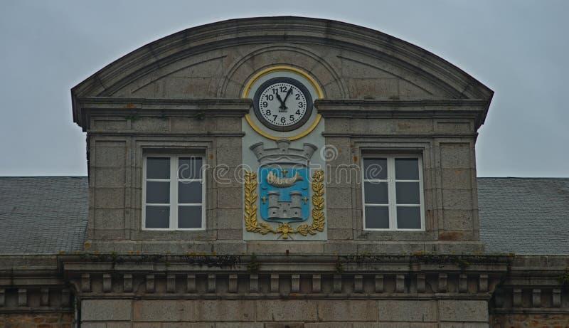 与时钟和徽章的半球形的大厦上面在阿夫朗什,法国的 库存图片