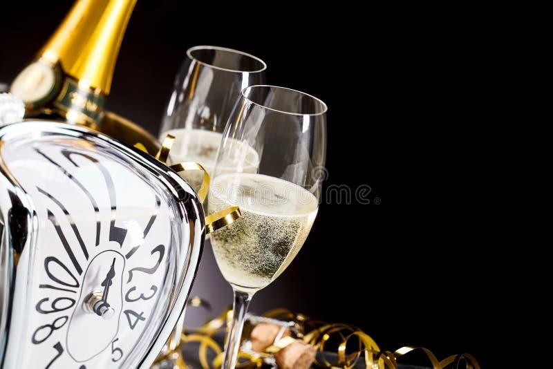 与时钟和香槟的新年背景 免版税库存图片