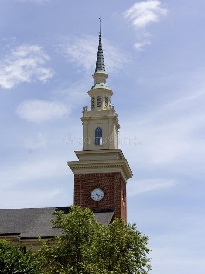 与时钟的教会尖顶 免版税图库摄影