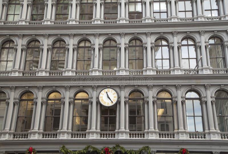 与时钟的生铁大厦 库存照片