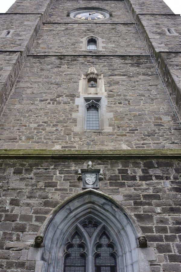 与时钟的石哥特式教会尖顶 库存图片