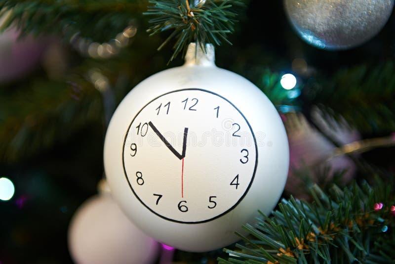 与时钟表盘的圣诞节球 图库摄影