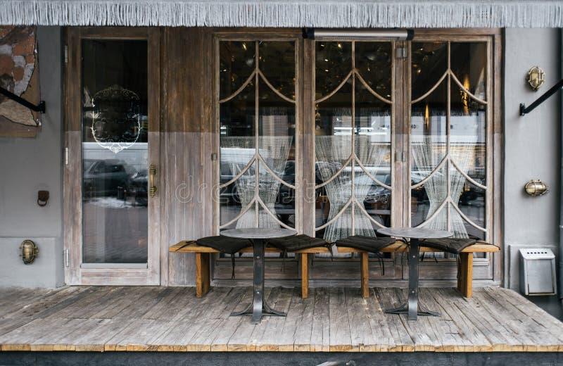 与时髦的元素和家具的一个咖啡馆门面设计 免版税库存照片