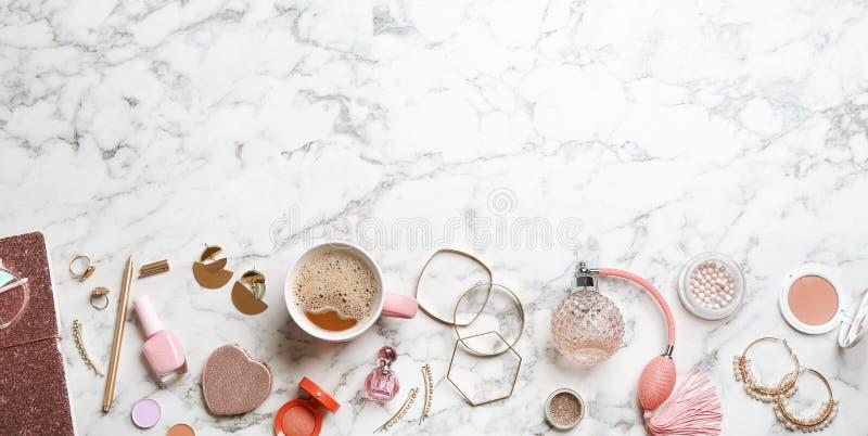与时髦的女性辅助部件和装饰化妆用品的平的被放置的构成在大理石背景 库存照片