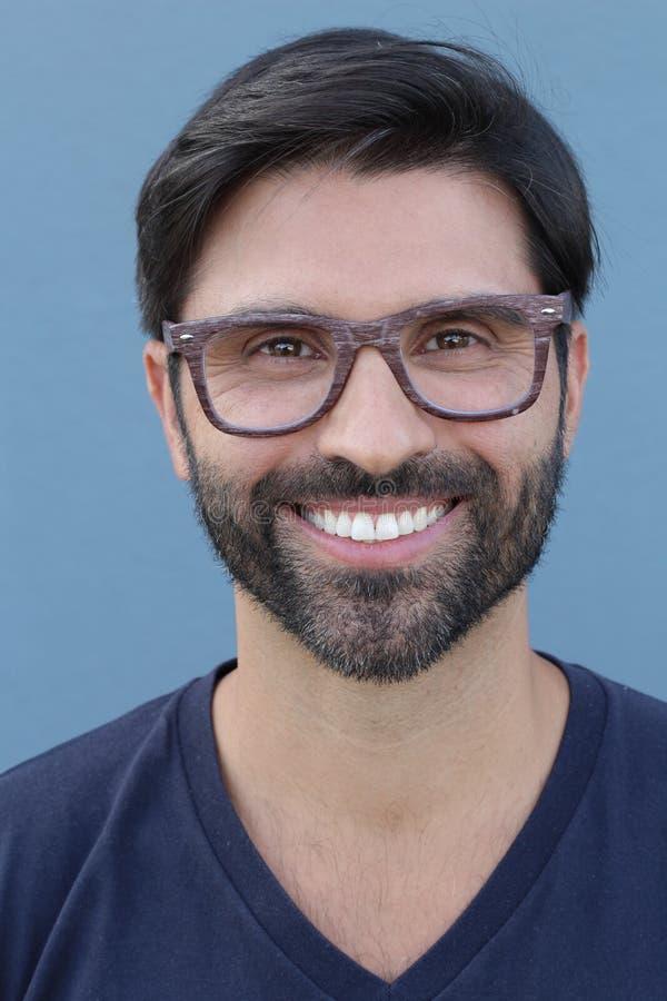 与时髦的镜片的有胡子的可爱的男性 免版税图库摄影