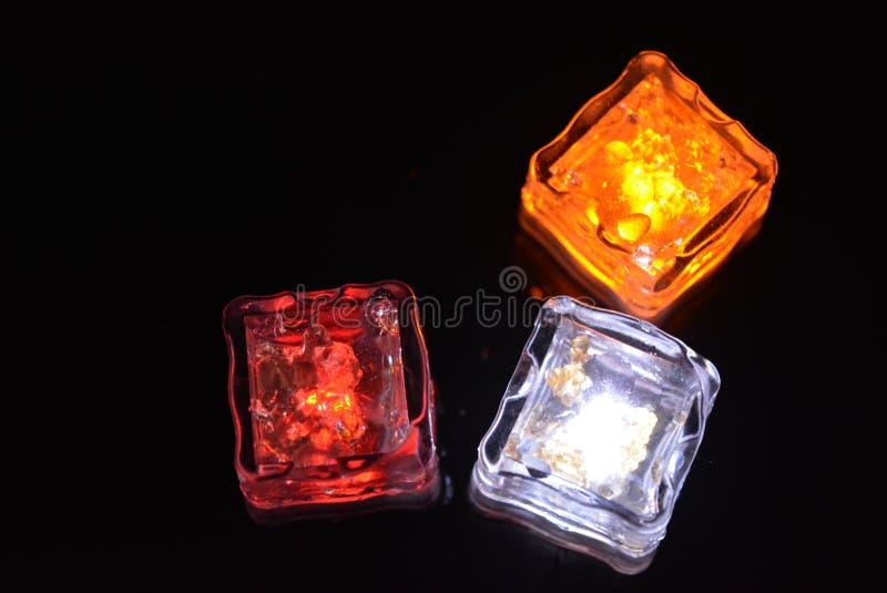 与明亮的二极管光的美丽的塑料冰块 党的红色,黄色,白色照明设备,休闲创造性想象 免版税库存照片