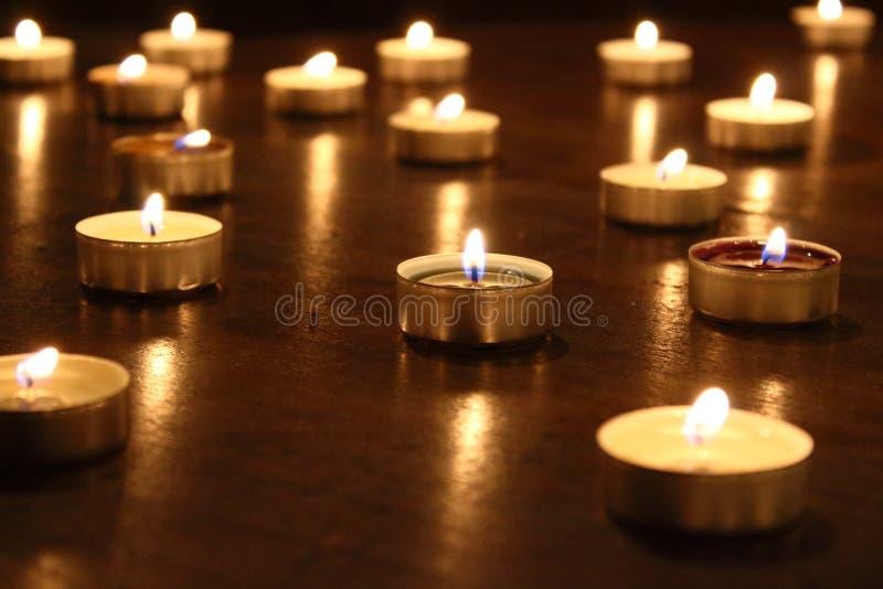 与明亮的光的蜡烛在桌上 免版税库存图片