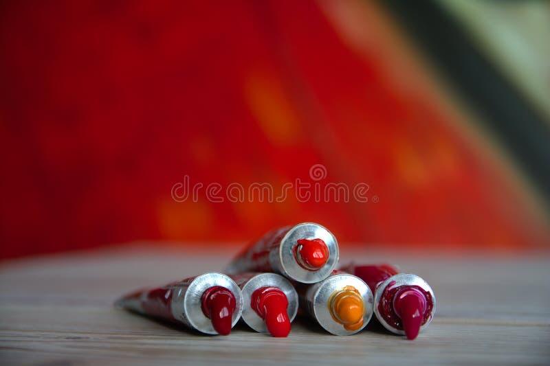 与明亮的多彩多姿的水彩红色树荫的管特写镜头 艺术出版物的好背景 免版税库存图片