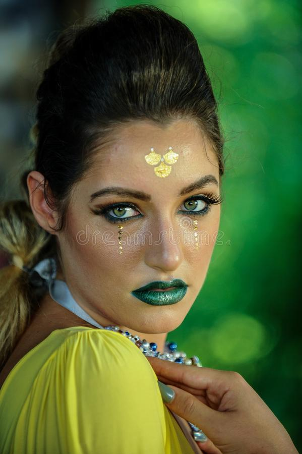 与明亮的时尚构成的女性面孔 库存照片