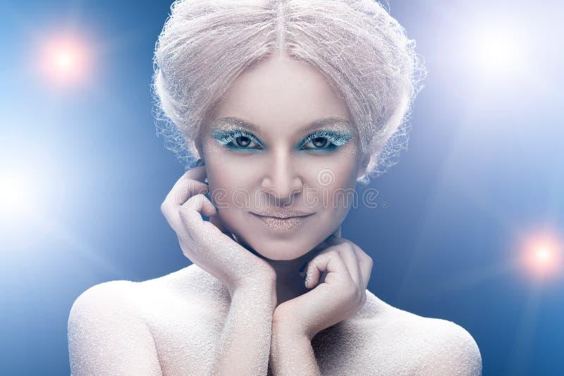 与明亮的时尚雪构成的美丽的年轻女性面孔 免版税库存图片