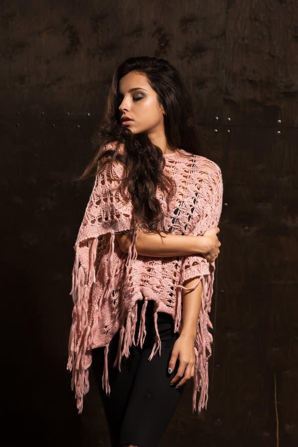 与明亮的构成佩带的桃红色的可爱的被晒黑的模型编织了swea 免版税库存图片