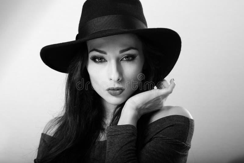 与明亮的构成的性感的女性模型和在黑h的红色唇膏 库存图片