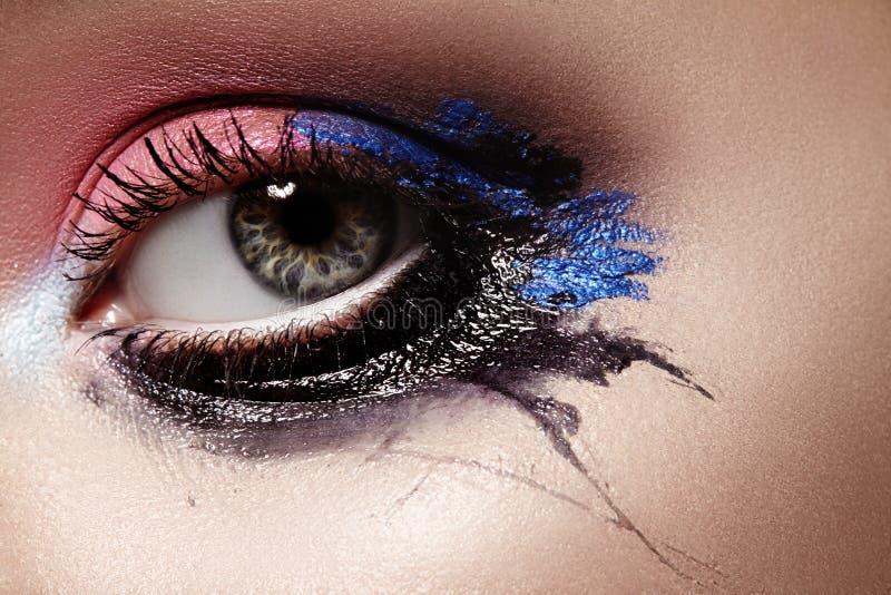 与明亮的构成的特写镜头女性眼睛 巨大万圣夜神色 与黑,桃红色和深蓝的表示构成 库存照片