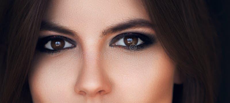 与明亮的构成的美丽的眼睛 看法,肉欲的神色 与长的睫毛的女性眼睛 发烟性眼睛构成 眼影膏 理想 图库摄影