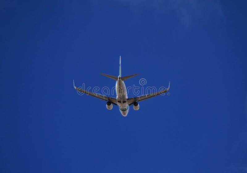 与明显地天空的平面飞行 免版税库存图片