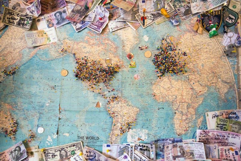 与明显空间的旧世界从另外countr的地图和金钱 免版税库存照片