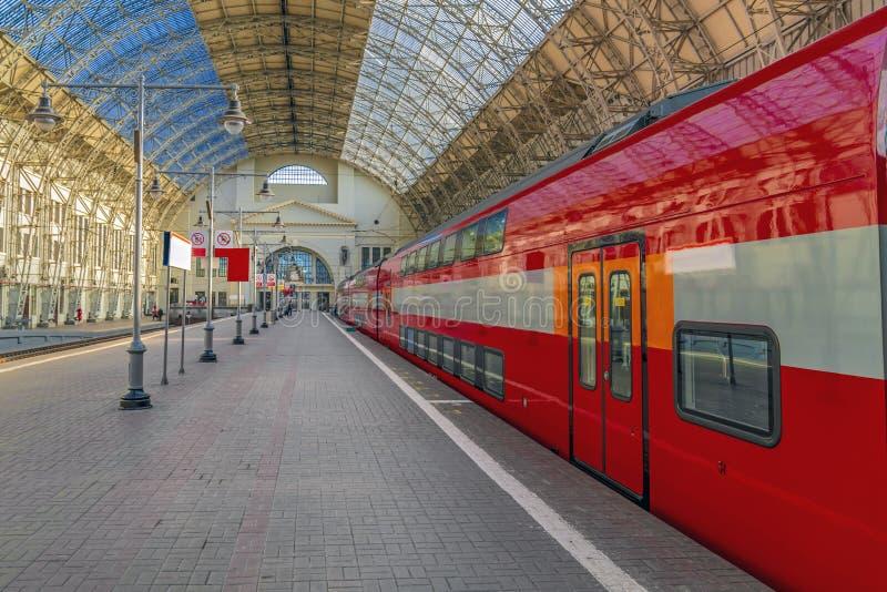 与明确的铁路的红色汽车的火车站 晴朗的旅行概念 库存照片
