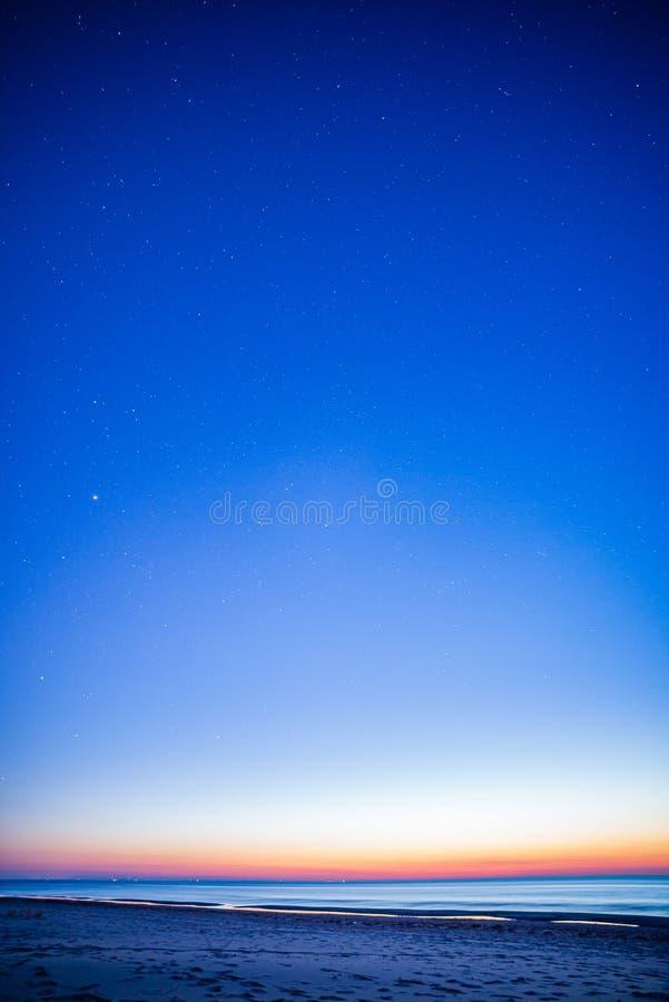 与星和云彩的夜空在长的曝光射击 库存图片