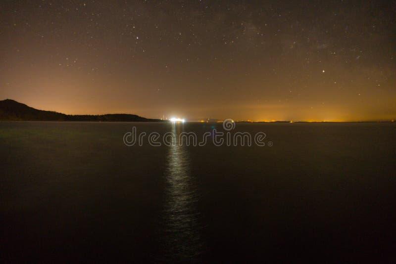 与星的夜空,mykonos看法从assos的 免版税库存照片