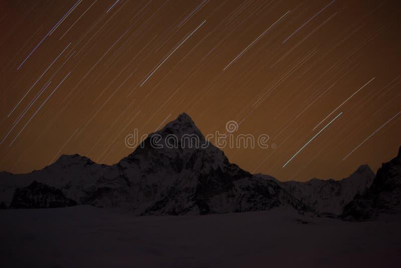 与星的山在夜间 免版税库存图片