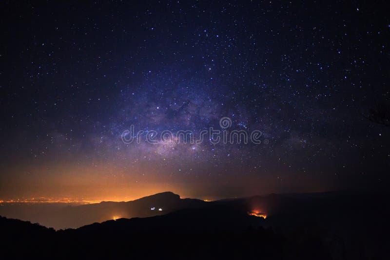 与星的银河星系和在宇宙的空间尘土在 免版税库存照片