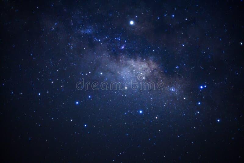 与星的银河星系和空间在宇宙拂去灰尘 免版税图库摄影