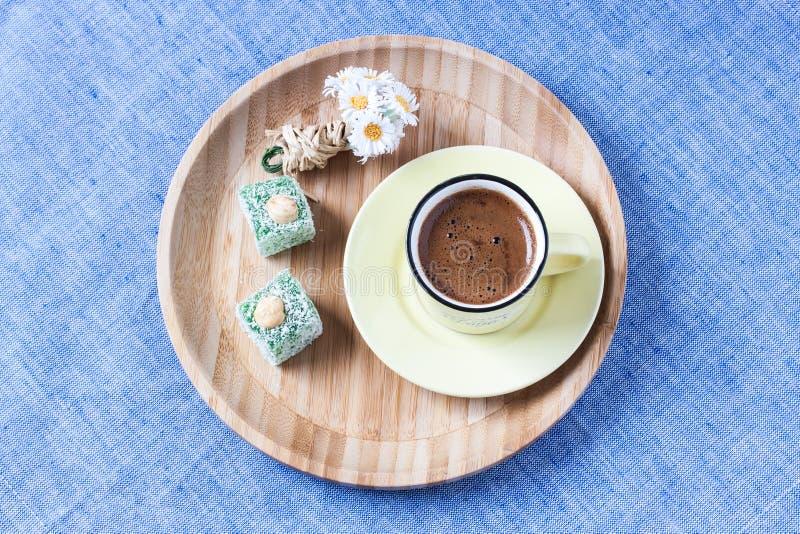与春天样式的土耳其咖啡 免版税库存图片