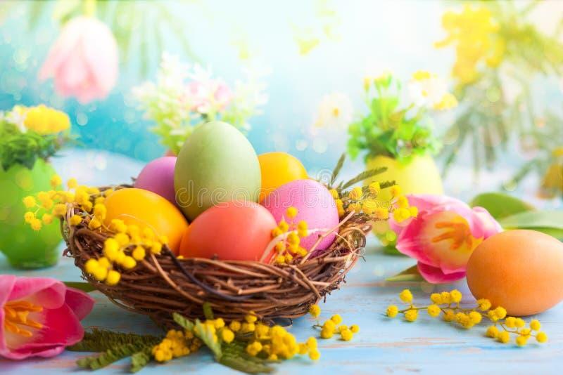 与春天花和鸡蛋的复活节装饰 免版税库存图片