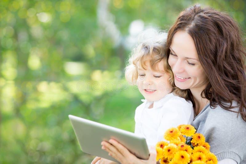 使用片剂个人计算机的愉快的家庭 免版税图库摄影